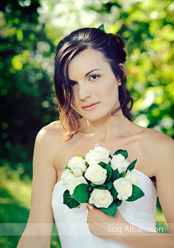 Bröllopsporträtt på brud med brudbukett.