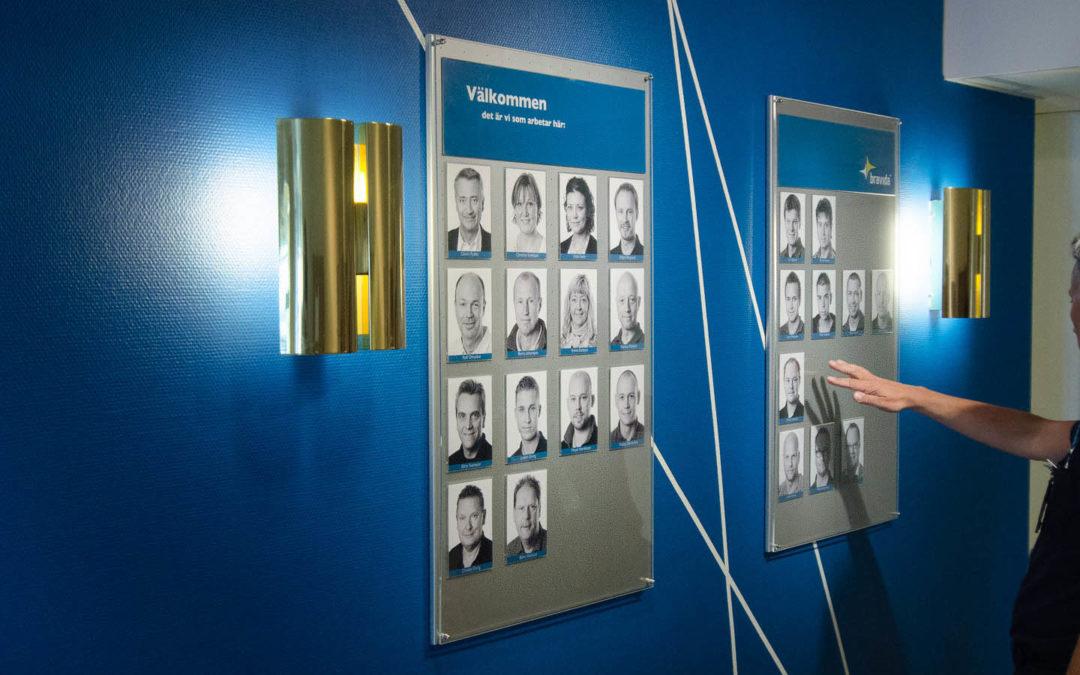 Bravida säkerhet har valt att fotografera sin personal och sätta upp tavlor i entrén med porträttbilderna.