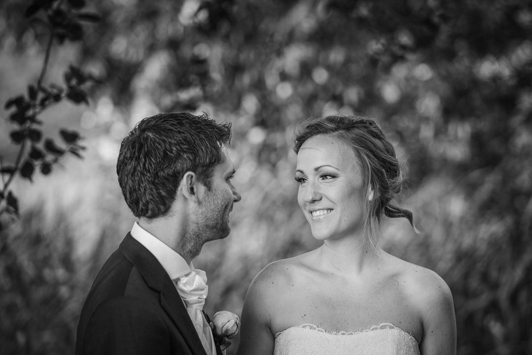Bröllopsfoto Aspenäs herrgård - brudpar vid fotografering innan vigseln i natur med träd